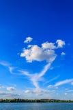 I venti soffiano le nuvole ad alta altitudine Fotografia Stock Libera da Diritti