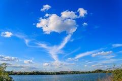 I venti soffiano le nuvole ad alta altitudine Fotografie Stock