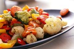 I verdi deliziosi risiedono nella tazza sulla tavola Immagini Stock