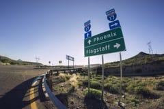 I17 Verkehrsschild für Phoenix und Fahnenmast, Arizona Stockfotos