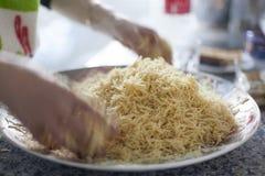 I vermicelli a casa hanno fatto l'elaborazione araba o asiatica dell'alimento fotografia stock libera da diritti