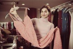 I vestiti d'esame dal cliente femminile in panni dei women's comperano immagine stock