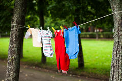 I vestiti dei bambini su una corda Immagini Stock Libere da Diritti