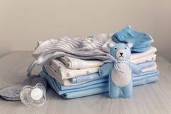 I vestiti del bambino con i pannolini sono impilati fotografia stock libera da diritti