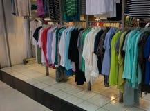 I vestiti del ` s degli uomini che appendono sullo scaffale visualizzano Jakarta contenuta foto Indonesia Fotografia Stock