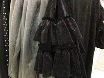I vestiti delle donne sul gancio nel deposito Fotografia Stock Libera da Diritti