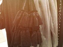 I vestiti delle donne sul gancio nel deposito Fotografia Stock