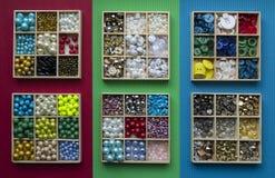 I vestiti differenti si abbottona in scatole di legno sul Ca rosso, verde, blu Fotografia Stock Libera da Diritti