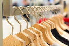 I vestiti differenti sui ganci si chiudono su immagini stock libere da diritti