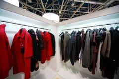 I vestiti esterni costanti appendono ai basamenti di dimostrazione fotografie stock libere da diritti