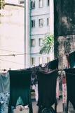 I vestiti hanno appeso per asciugarsi su un complesso decomposto degli edifici residenziali Fotografie Stock