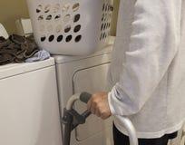 I vestiti stanno preparandi per lavare da una persona di handicap per fornire l'abbigliamento esente da batteri fotografia stock libera da diritti