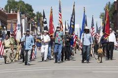 I veterani marciano giù Main Street, il 4 luglio, parata di festa dell'indipendenza, tellururo, Colorado, U.S.A. Immagini Stock