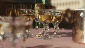 I vetri con la bevanda sul macro scaffale della tavola festiva mettono a fuoco la profondità di campo bassa Cate di lusso di cele stock footage