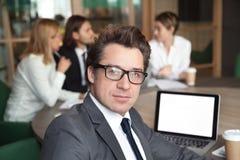 I vetri d'uso dell'investitore di mezza età dell'uomo d'affari che esaminano sono venuto Fotografie Stock Libere da Diritti