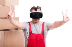 I vetri d'uso di realtà virtuale del tipo del motore che fanno la pace gesture fotografie stock libere da diritti