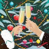 I vetri del tintinnio delle coppie si avvicinano all'albero di Natale all'aperto Fotografia Stock Libera da Diritti