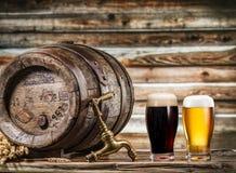 I vetri della birra e della birra inglese barrel sulla tavola di legno Immagini Stock