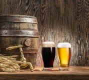 I vetri della birra e della birra inglese barrel sulla tavola di legno Fotografie Stock