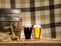 I vetri della birra e della birra inglese barrel sulla tavola di legno Fotografia Stock