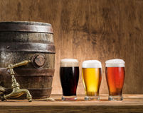 I vetri della birra e della birra inglese barrel sulla tavola di legno Fotografie Stock Libere da Diritti