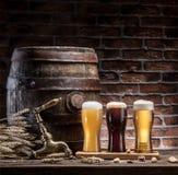 I vetri della birra e della birra inglese barrel sulla tavola di legno Fabbricante di birra del mestiere Fotografie Stock