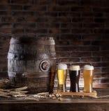 I vetri della birra e della birra inglese barrel sulla tavola di legno Fabbricante di birra del mestiere Immagine Stock