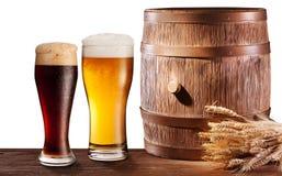 I vetri della birra vicino woden il barilotto. Fotografia Stock Libera da Diritti
