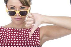 I vetri di Sun d'uso della donna infelice sfoglia giù Immagine Stock