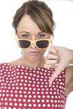 I vetri di Sun d'uso della donna infelice sfoglia giù Fotografia Stock Libera da Diritti