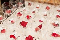 I vetri di vino con il fiore lascia la decorazione Fotografia Stock Libera da Diritti