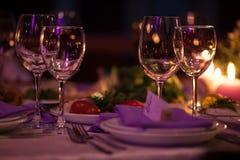 I vetri di vino vuoti hanno messo in ristorante per nozze Immagini Stock Libere da Diritti
