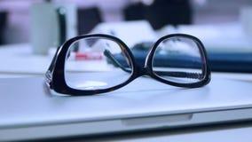 I vetri si trovano sul computer portatile sulla scrivania, primo piano archivi video