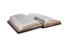 I vetri stanno trovando sul libro aperto Immagine Stock Libera da Diritti
