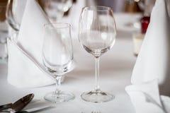 I vetri vuoti hanno impostato in ristorante Fotografie Stock