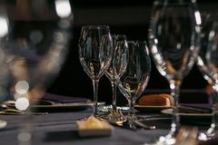 I vetri vuoti hanno impostato in ristorante Immagini Stock