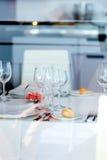 I vetri vuoti hanno impostato in ristorante Fotografie Stock Libere da Diritti