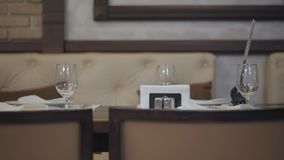I vetri vuoti, i piatti, la forcella, coltello sono servito per la cena in ristorante con l'interno accogliente Servizio della Ta video d archivio
