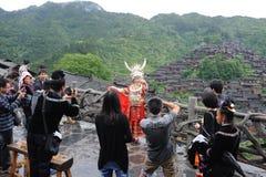 I viaggiatori catturano le maschere nel villaggio cinese di miao Fotografia Stock