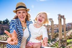 I viaggiatori della figlia e della madre a Roma che mostra la vittoria gesture fotografia stock