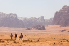 I viaggiatori esplorano il deserto in Wadi Rum, Giordania immagine stock libera da diritti