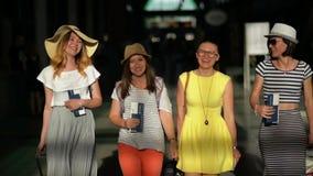 I viaggiatori femminili sorridenti con bagaglio sono all'aeroporto Vacanze estive, concetto di viaggio video d archivio