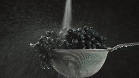 I videoen som vi ser druvor i en sikt, i mitt av det videopd vattnet, startar att falla uppifrån, kameran går från lager videofilmer