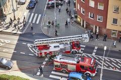 I vigili del fuoco preparano estinguere il fuoco dell'edificio residenziale alla via di Niemierzynska Fotografie Stock Libere da Diritti