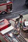 I vigili del fuoco preparano estinguere il fuoco dell'edificio residenziale alla via di Niemierzynska Fotografia Stock