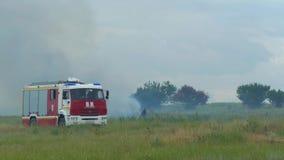 I vigili del fuoco in un camion dei vigili del fuoco guidano un fuoco archivi video