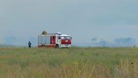 I vigili del fuoco in un camion dei vigili del fuoco guidano un fuoco video d archivio