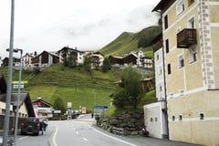 I villaggi di Tschlin e di Ramosch accanto alla strada ed alla via per vanno all'alto villaggio alpino di Samnaun Immagini Stock
