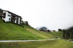 I villaggi di Tschlin e di Ramosch accanto alla strada ed alla via per vanno a Samnaun è un alto villaggio alpino Immagine Stock Libera da Diritti