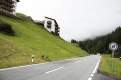 I villaggi di Tschlin e di Ramosch accanto alla strada ed alla via per vanno a Samnaun è un alto villaggio alpino Fotografie Stock